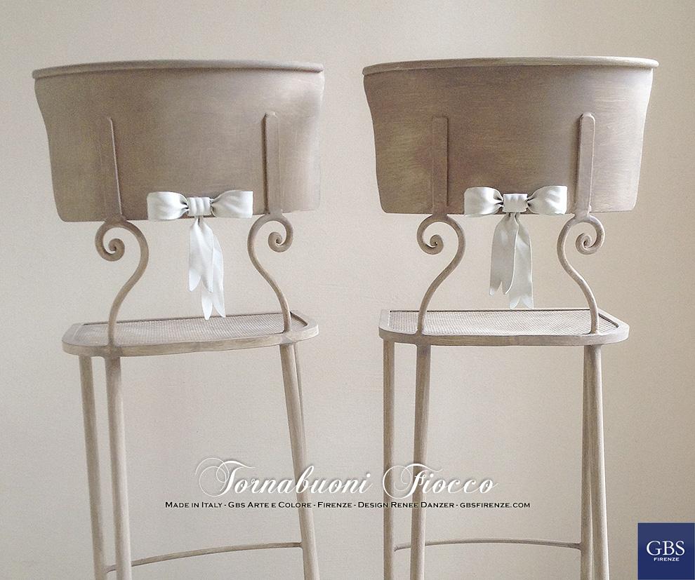 La vera Tornabuoni Fiocco di GBS. Puoi scegliere la versione Sedia o Sgabello, con seduta in plexiglas o seduta in ferro traforato. Colori personalizzati