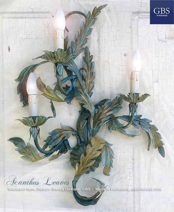 Applique in ferro battuto e decorato a mano con Foglie d'Acanto in tempera invecchiata. Applique con tre punti luce.
