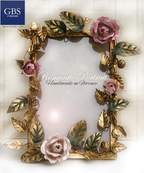 Roselline e bocci di rosa. Portafoto su misura, da tavolo, cornice romantica in Oro foglia e smalto invecchiato