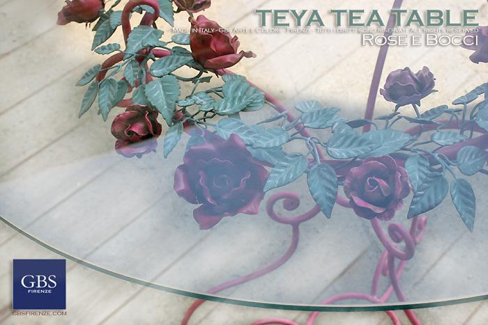 Teya Tea Table. In tempera. Tavolino da caffè e da divano, con ghirlanda di rose e bocci