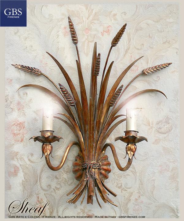 Covone di Spighe. Applique Oro Antico. A due luci, Applique Spighe in ferro battuto decorato a mano. Finitura in oro antico. Fascio con corda.