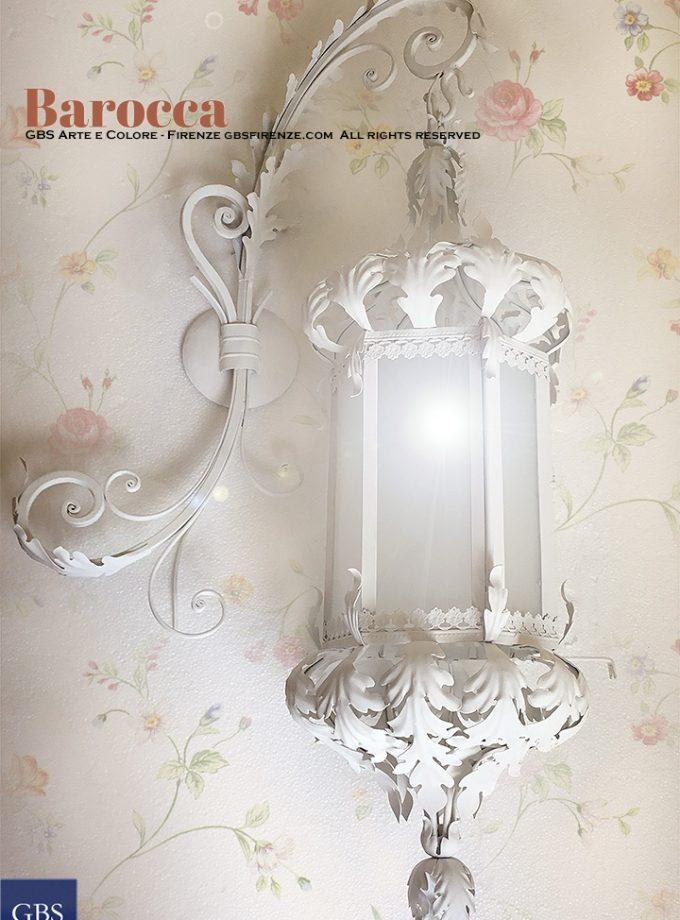 Lanterna Barocca con grande braccioforgiatoe con foglie d'acanto. Tempera bianca